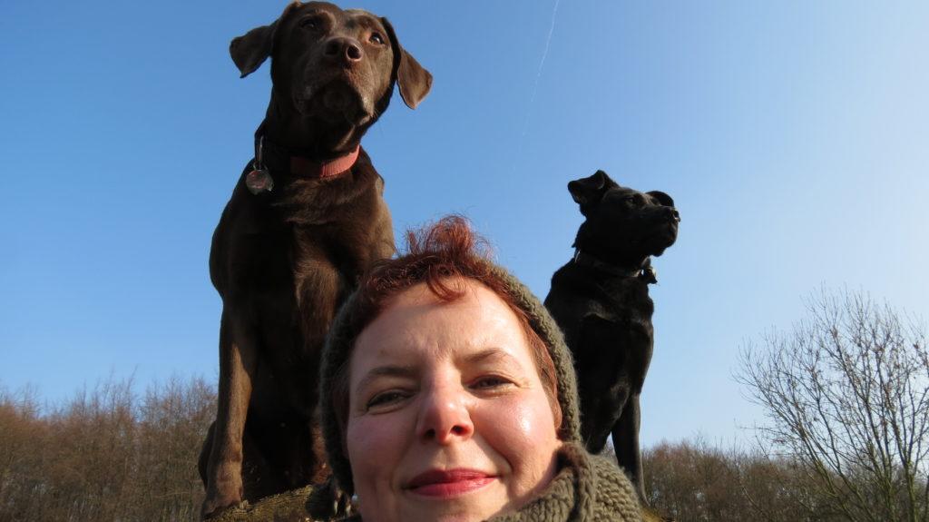 Die Hundetrainerin Martina-Alexandra Schlautmann bei der Arbeit mit Hunden.